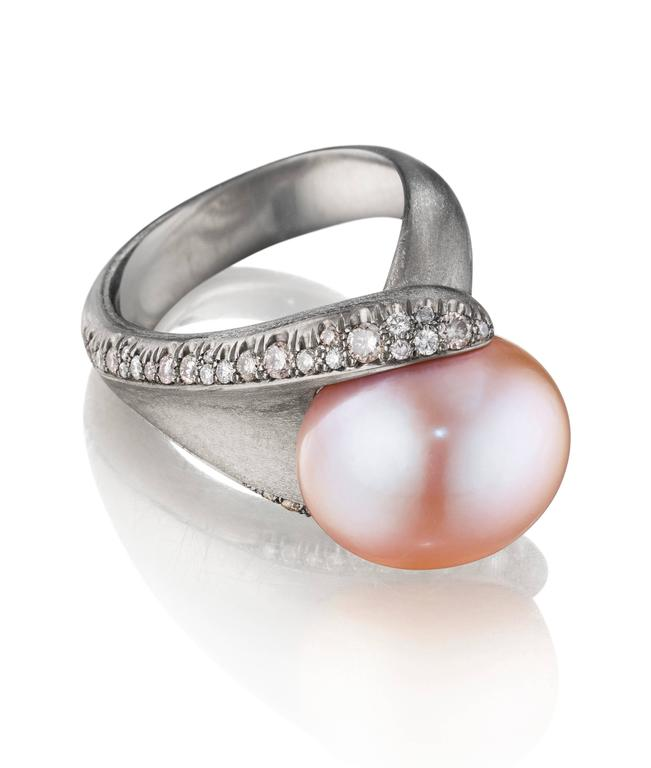 Naomi Sarna Pink Pearl Diamond Gold Ring In New Condition For Sale In New York, NY