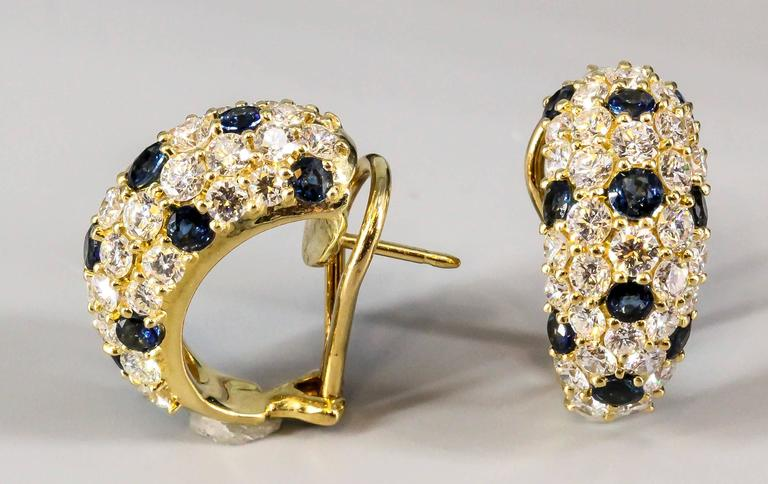Elegant blue sapphire and diamond huggie-style earrings  by Tiffany & Co. They feature rich blue round cut sapphires of approx. 1.5 carats, and high grade round brilliant cut diamonds of approx 4.0 carats. Great workmanship and very easy to