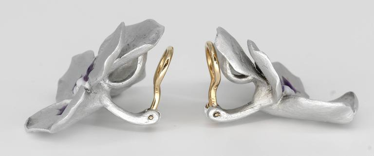 Unusual titanium and gold earrings by JAR. They feature an unusual design which resembles flower petals. Beautifully made and easy to wear anywhere.  Hallmarks: Jar.