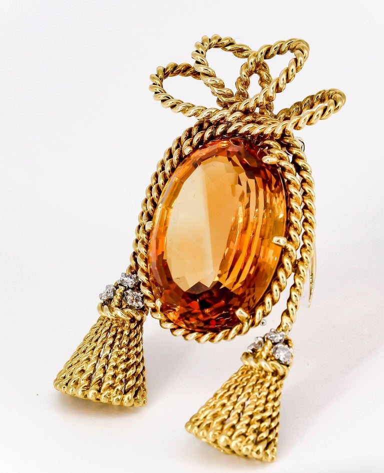 Chic large citrine, diamond and 18K yellow gold brooch by Tiffany & Co. Schlumberger, circa 1970s. It features a gold setting is in the form of a twisted rope design with a large central citrine, approx. 25cts total weight, along with three