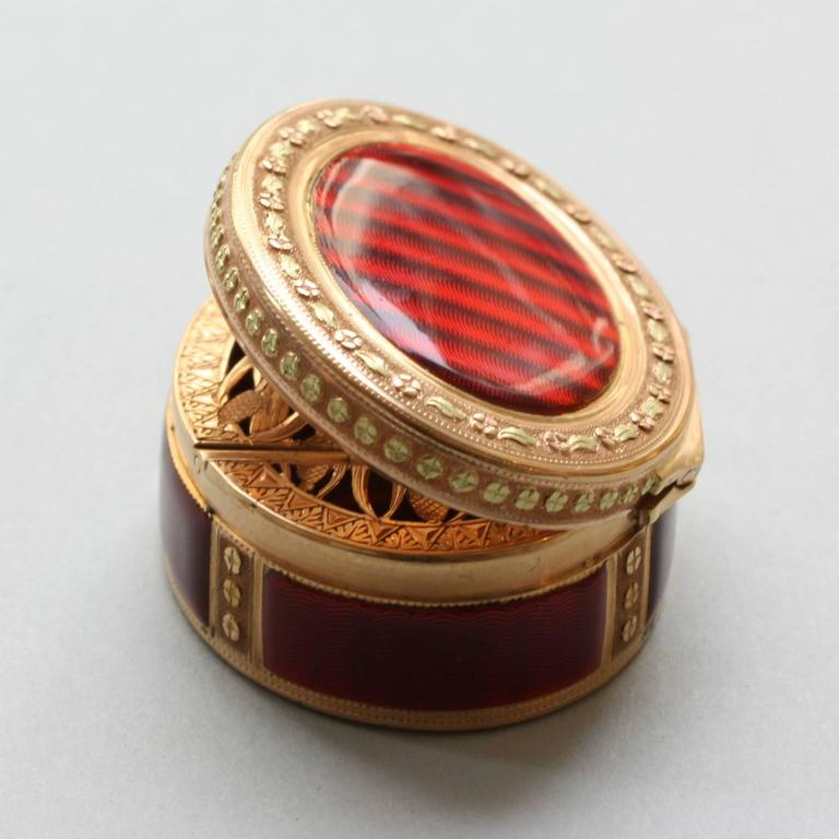 A 'vinaigrette' in the shape of a small tobacco box. In 18- carat, two- colored, gold (rose and green), it is studded with flower decorations. Marked with two eagles, warranty mark for gold Paris after 9 May 1838. (Master's mark illegible.),