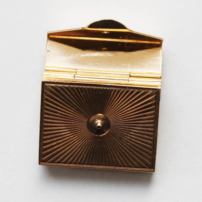 Gold Six-Way Envelop Locket In Excellent Condition For Sale In Amsterdam, NL