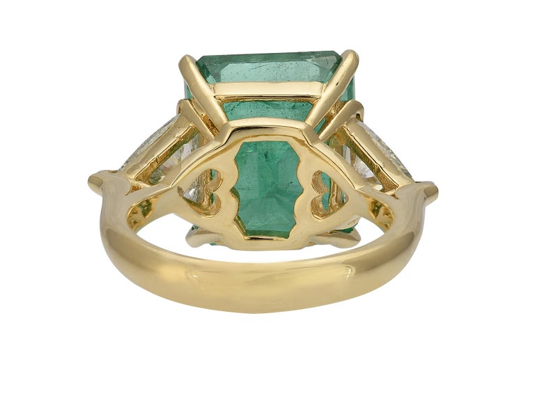 Contemporary 10 Carat Zambian Emerald Ring For Sale