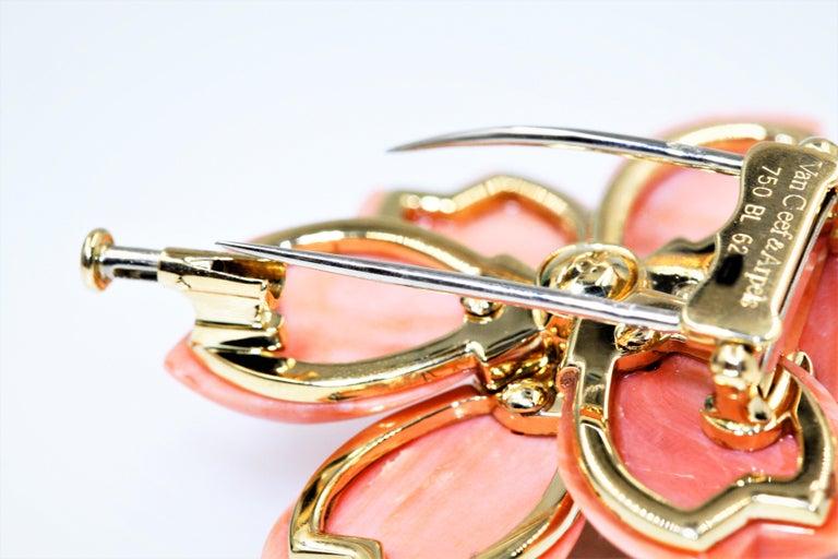 Van Cleef & Arpels Rose De Noel Flower Coral Medium Brooch, Yellow Gold, Diamond For Sale 3