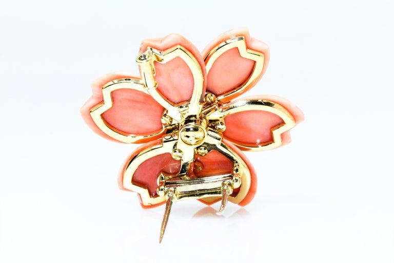 Van Cleef & Arpels Rose De Noel Flower Coral Medium Brooch, Yellow Gold, Diamond For Sale 2