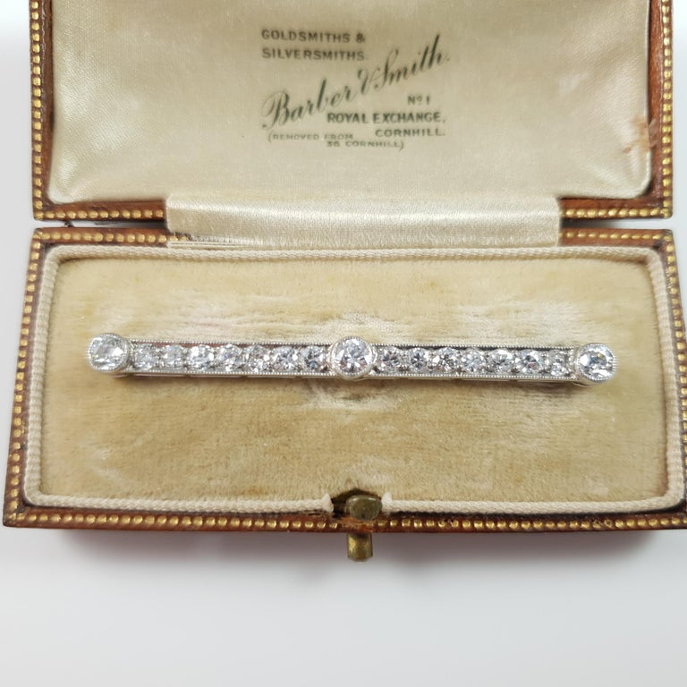 Cased Art Deco Platinum and Gold 1.72 Carat Diamond Bar Brooch In Good Condition For Sale In Glasgow, GB