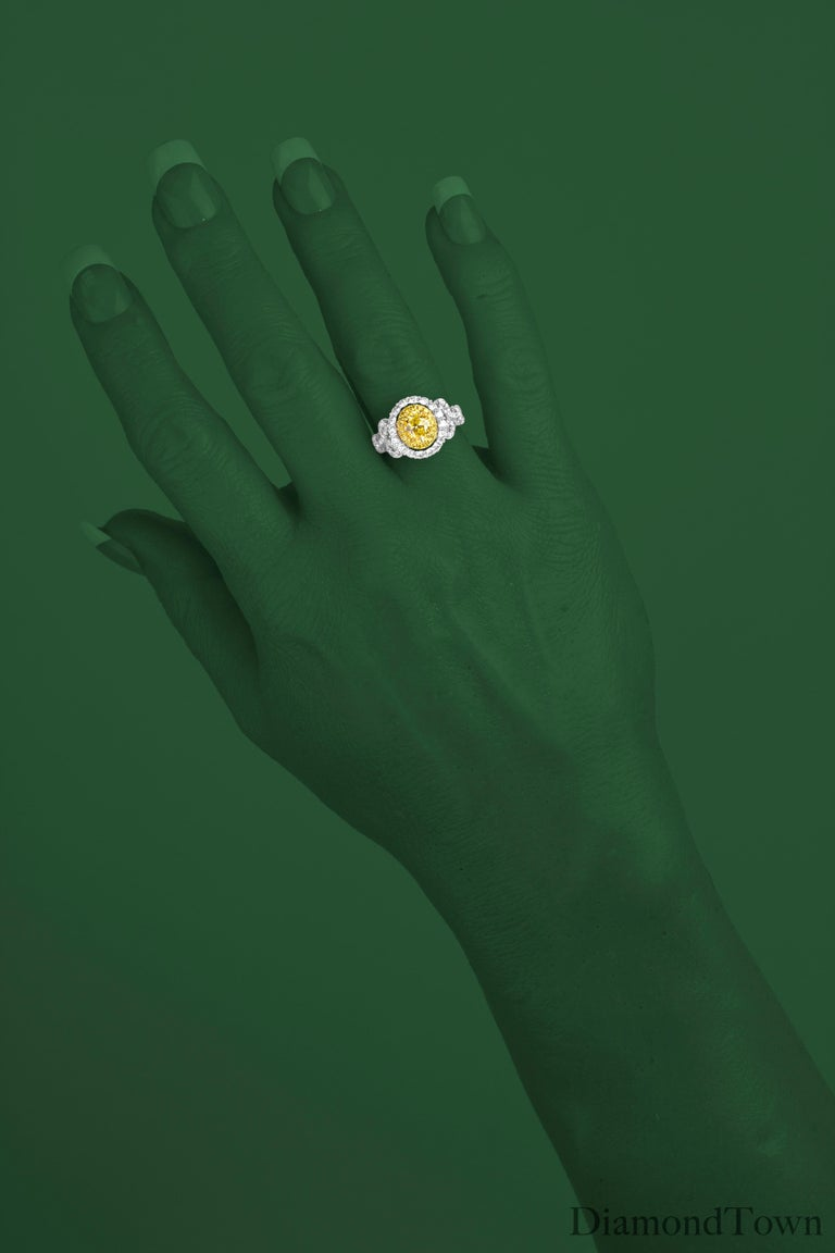 GIA Certified 0.98 Carat Oval Cut Natural Fancy Intense Yellow SI1 Diamond Ring In New Condition For Sale In New York, NY