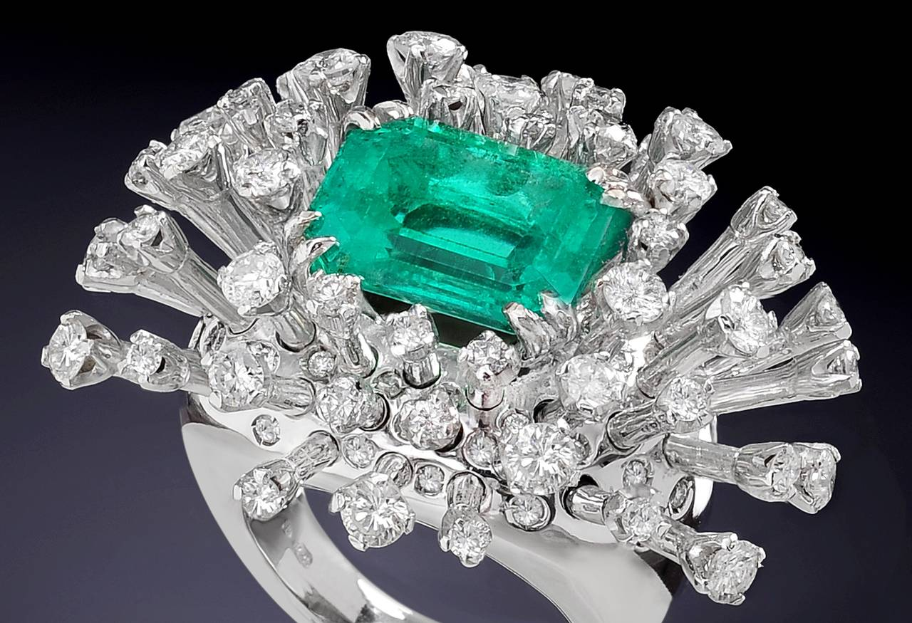 Modern 6.26 Carat Green Emerald Diamonds White 18K Gold Cocktail Ring Made In Italy For Sale