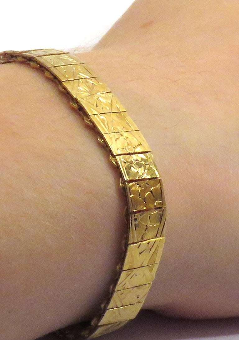 1960s 18 Karat Yellow Gold Engraved Cuff Bracelet In New Condition For Sale In Milano, IT