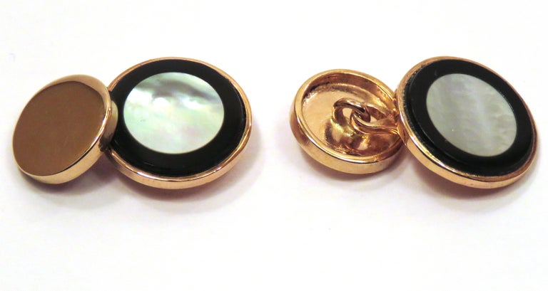 A chic pair of circular shaped cufflinks in mother-of-pearl and onyx, mounted on 9 karat rose gold. Handcrafted in Italy by Botta Gioielli. The diameter of the bigger circle is 16 mm / 0,629 inches, the smaller circle is 12 mm / 0,472 inches. It  is