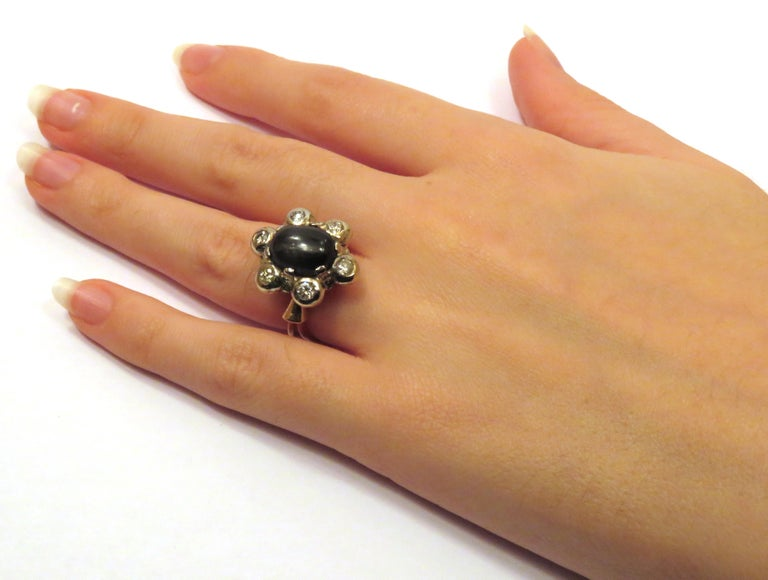 Antique 1950s Blue Cabochon Sapphire Diamond Gold Floral Cluster Ring In Excellent Condition For Sale In Milano, IT