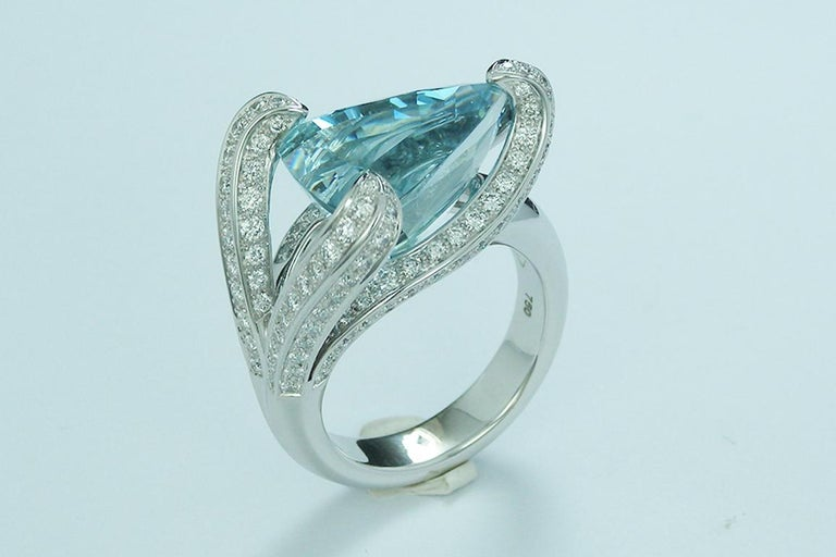 7.67 Carat Trillion Cut Aquamarine and Diamond Cocktail Ring In New Condition For Sale In La Neuveville, Berne