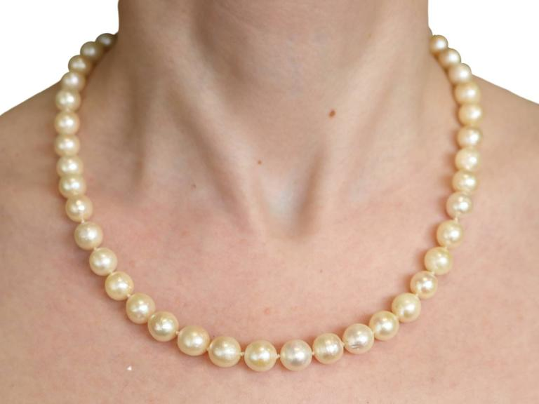 Single Strand Pearl, Emerald, Diamond and White Gold Necklace For Sale 6
