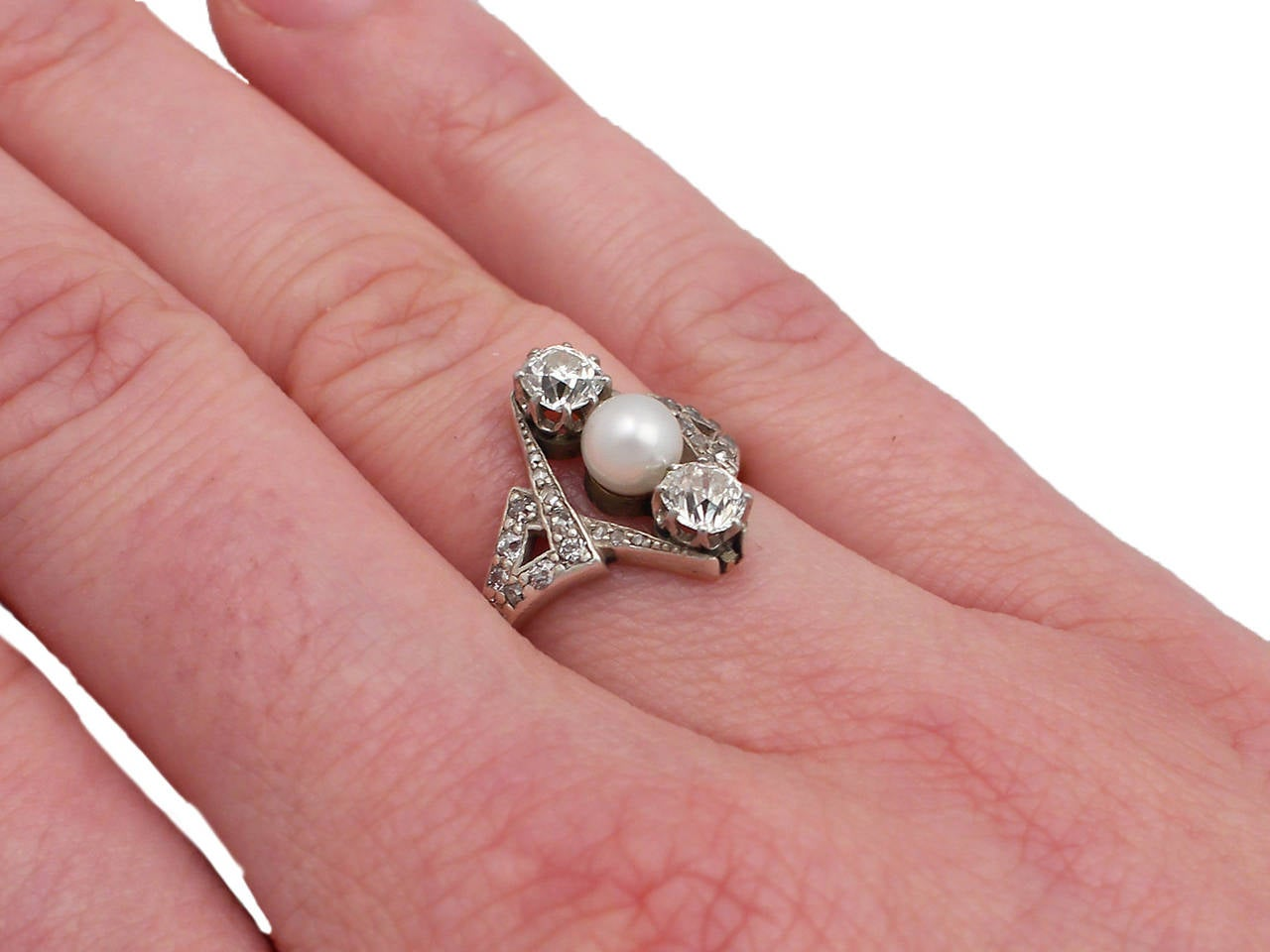 1900s Antique 1.15 Carat Diamond and Pearl Yellow Gold Cocktail Ring For Sale 4