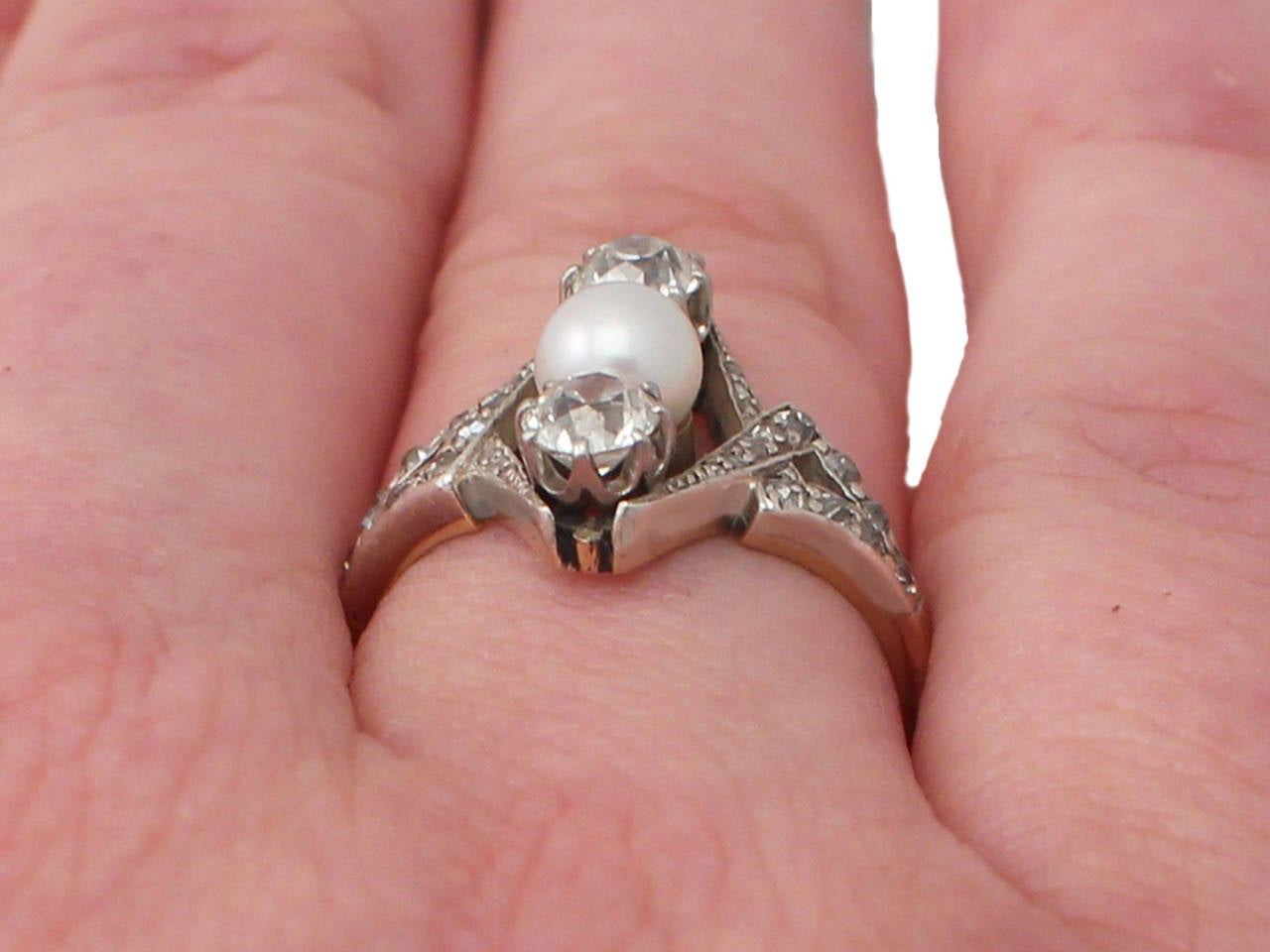 1900s Antique 1.15 Carat Diamond and Pearl Yellow Gold Cocktail Ring For Sale 5