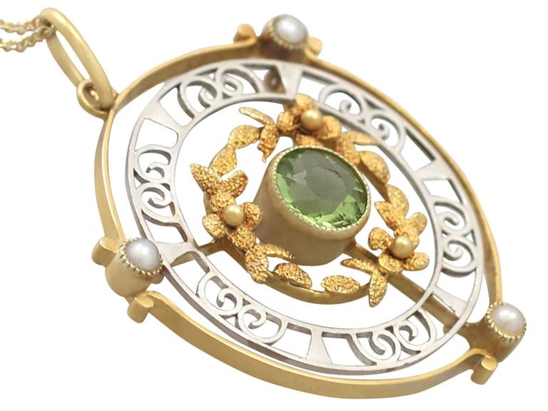 0.85Ct Peridot & Pearl, 15k Yellow Gold & 15k White Gold Pendant - Antique In Excellent Condition For Sale In Jesmond, Newcastle Upon Tyne