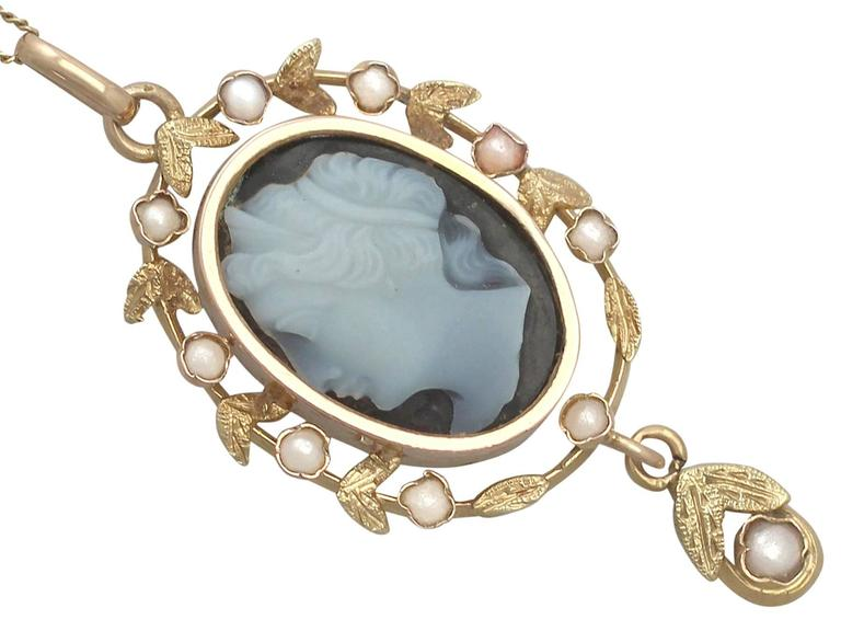 Hardstone and Seed Pearl, 18k Yellow Gold Cameo Pendant - Antique Circa 1880 In Excellent Condition For Sale In Jesmond, Newcastle Upon Tyne