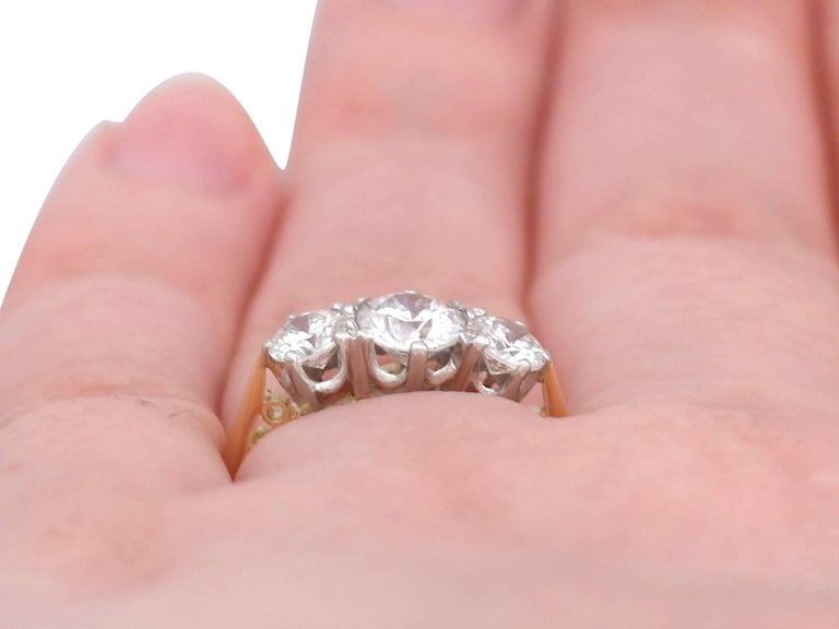 1.27Ct Diamond and Yellow Gold Trilogy Ring - Vintage 1964 For Sale 4