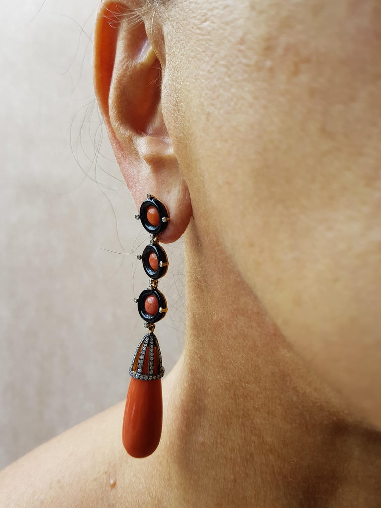 18 Karat Rose Gold Diamond Coral and Onyx Earrings 0,96 Ct. Diamond 12,32 Ct. Coral 1.34 Ct. Coral 0,70 Ct. Onyx Rhodium plated