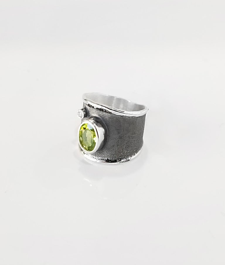 Contemporary Yianni Creations 1.35 Carat Peridot and Diamond Fine Silver and Rhodium Ring For Sale