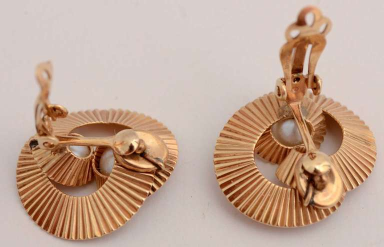 Women's Retro Gold and Pearl Earrings For Sale