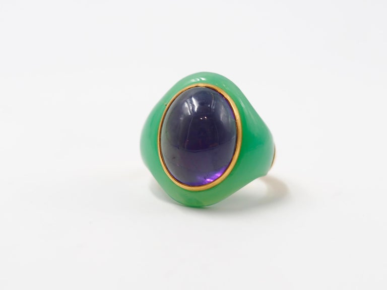 This modern ring is made of chrysoprase (the name for blue chalcedony) on the top half and of gold 22 karat on the bottom part. The gold ring allows more confort and bring more colour to the ring. At the middle of the chrysoprase, a large amethyst