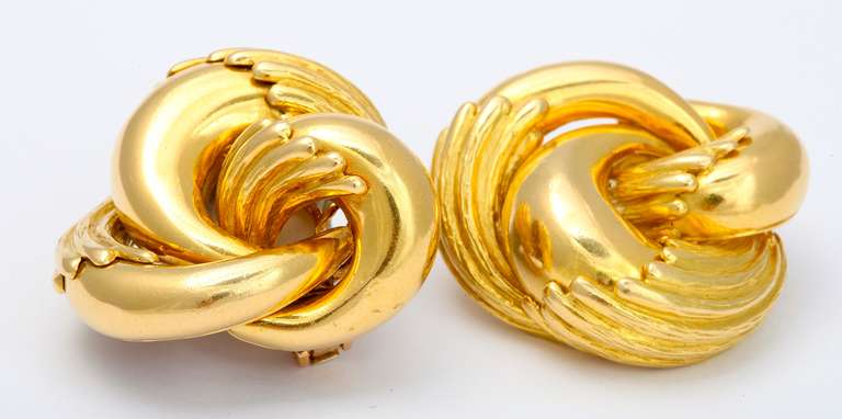 1970s Cartier Paris Eagle Claw Gold Ear Clips In Excellent Condition For Sale In New York, NY