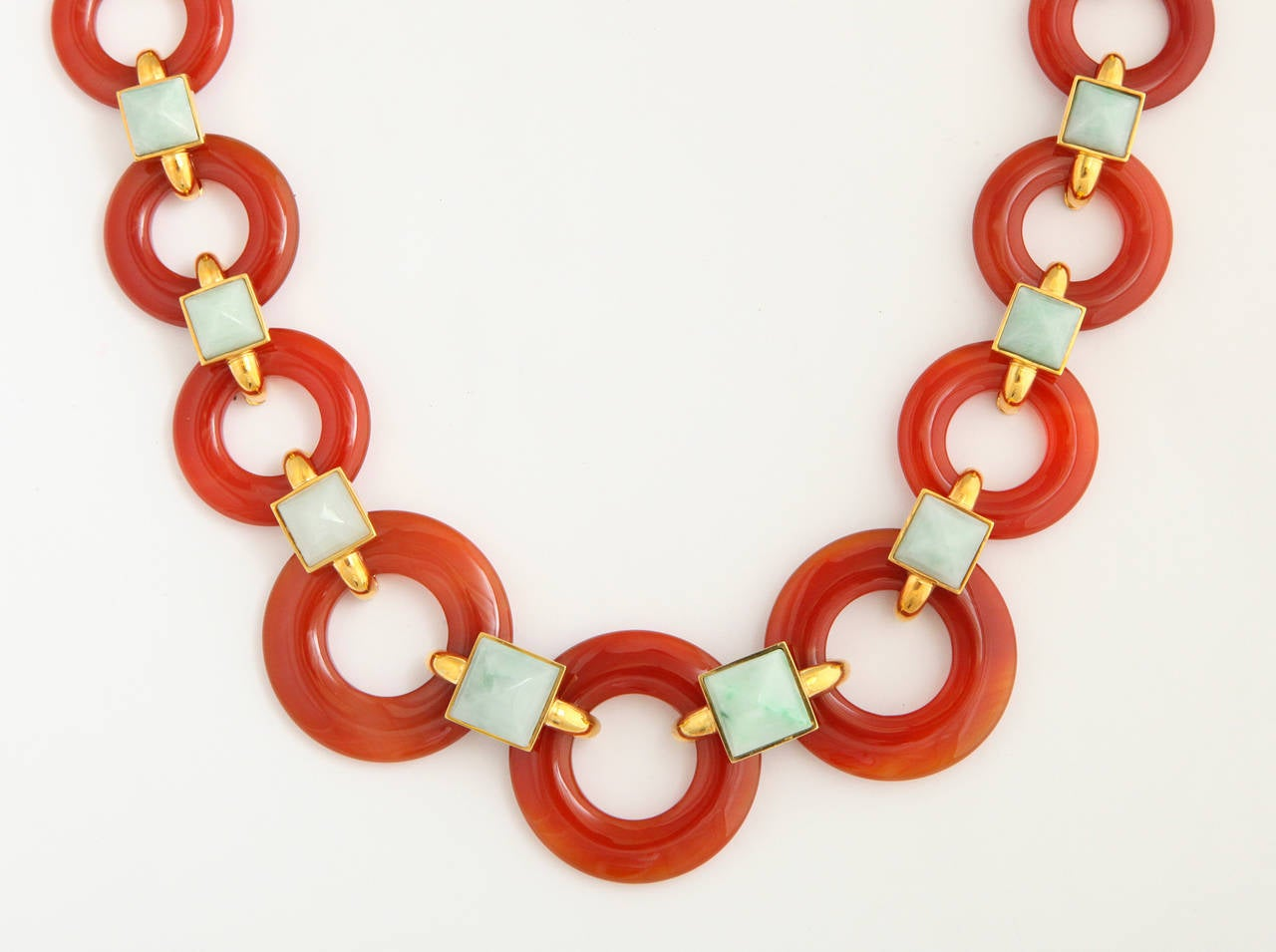 1970s Aldo Cipullo Carved Carnelian Jade Gold Link Necklace In Excellent Condition For Sale In New York, NY