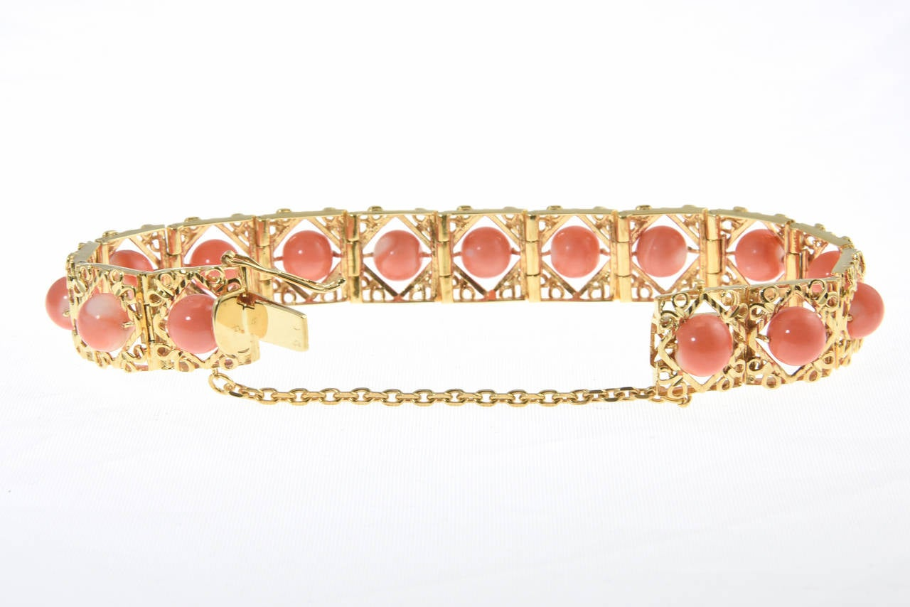 1970s Highly Stylized Coral Gold Link Bracelet In Excellent Condition For Sale In Miami Beach, FL