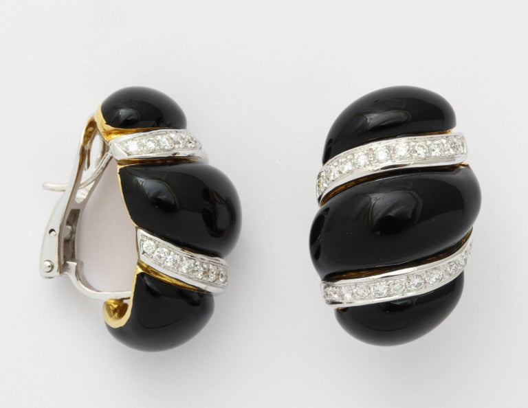 A classic design that remains stylish and always in vogue.  The fantastic contrast between black enamel and white diamonds is perfectly executed in this wonderfully three dimensional earclip.  Careful attention has been paid to the volume, the