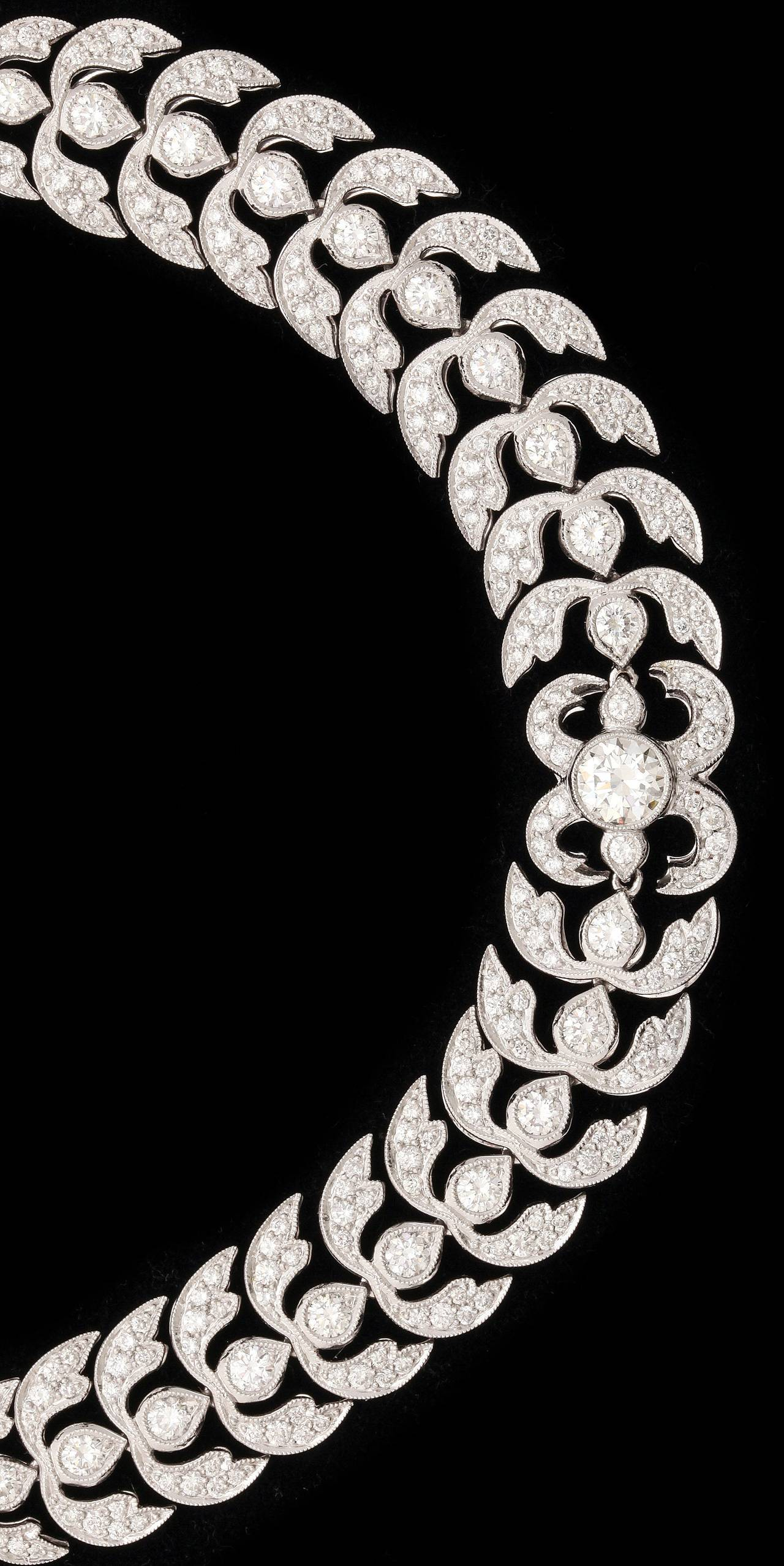 Diamond Platinum Foliate Design Necklace In Excellent Condition For Sale In Bal Harbour, FL