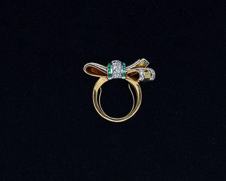 Retro Emerald, Diamond & Gold Bow Ring In Good Condition For Sale In Woodland Hills, CA