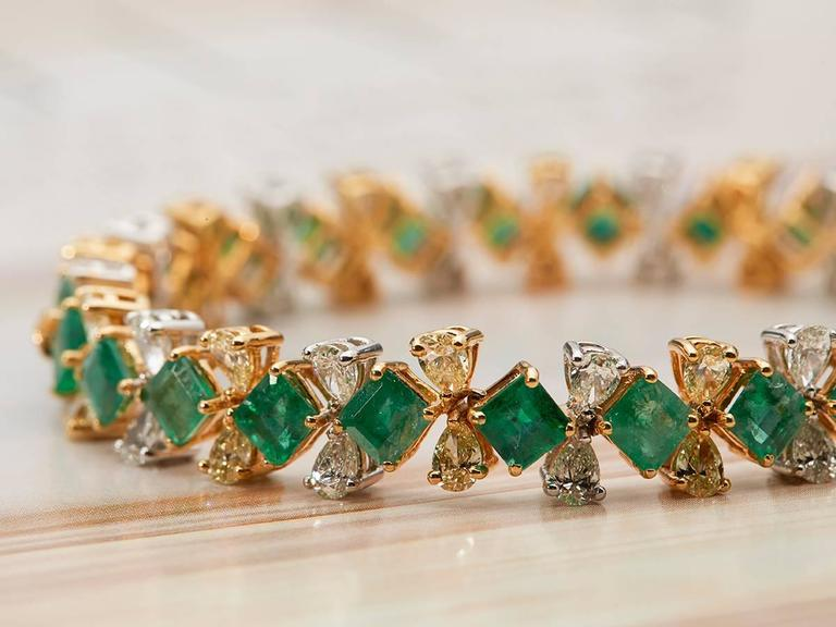 D'Joya Heirlooms Emerald Diamond Gold Colours of Christmas Bracelet In As New Condition For Sale In Bishop's Stortford, Hertfordshire