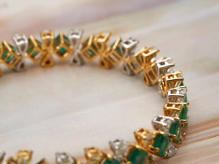 This beautiful bracelet brings all the colours of Christmas to life with a mix of glistening white and yellow diamonds connected by Colombian emeralds, all set in 18k yellow gold. This piece is a part of our D'Joya collection. Complete with Xupes