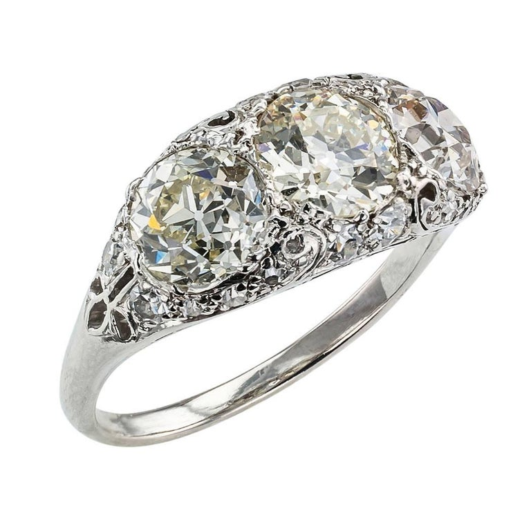 Edwardian Old European Cut Three-Stone Diamond Platinum Ring In Excellent Condition For Sale In Los Angeles, CA