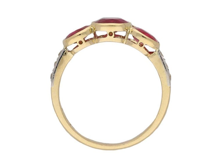 Edwardian Burma Three-Stone Ruby Three-Stone Ring In Good Condition For Sale In London, GB