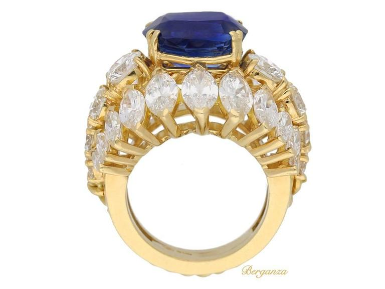 1960s Natural unenhanced Burmese sapphire diamond gold ring In Excellent Condition For Sale In London, GB