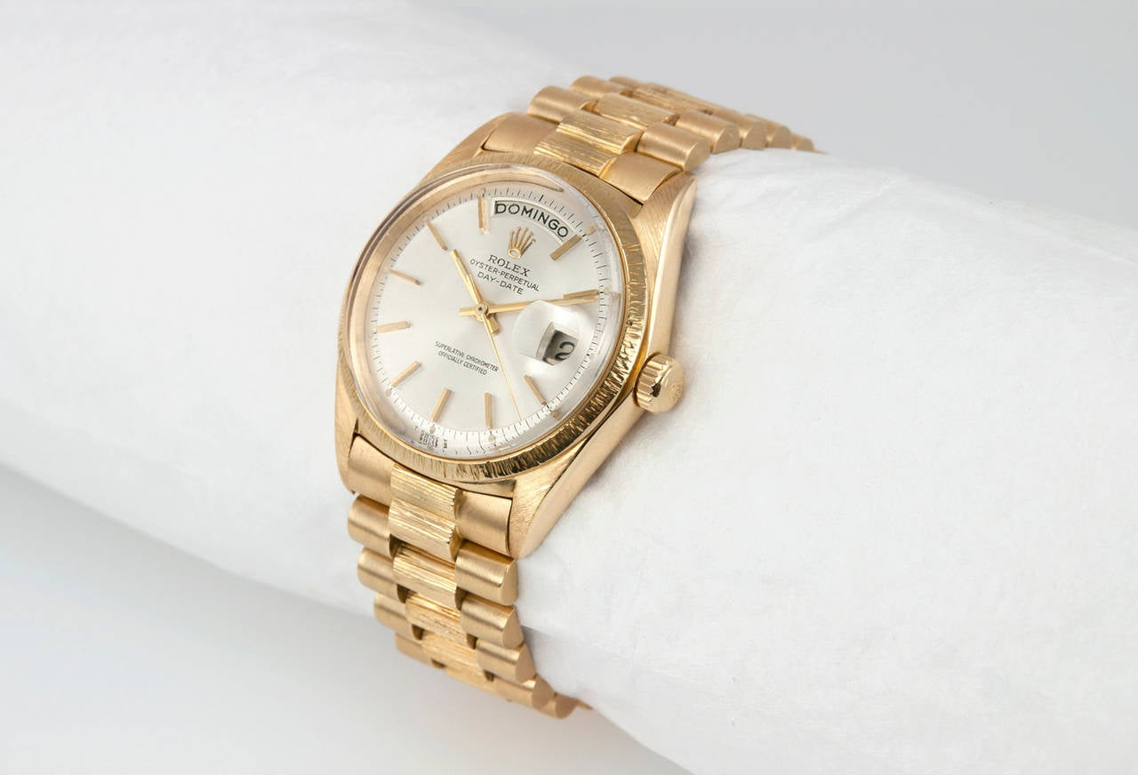 Rolex President wristwatch in 18 karat yellow with bark finish, reference 1807. This classic President features an original white pie hand dial, an 18 karat bark finish bezel, a plastic crystal, a 18 karat yellow gold locking waterproof crown, and