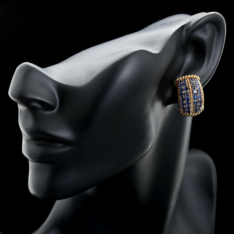 David Webb Sapphire Gold Earclips In Excellent Condition For Sale In New York, NY