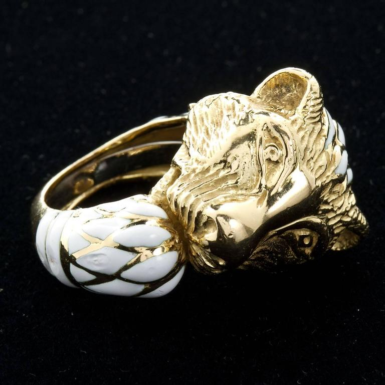 David Webb Enamel Gold Lion Ring In Good Condition For Sale In New York, NY