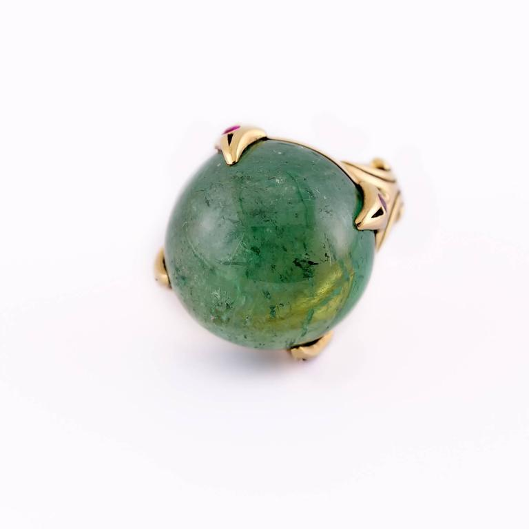 39.50 Carat Round Green Tourmaline Ring with Round Accent Rubies in Gold For Sale 2