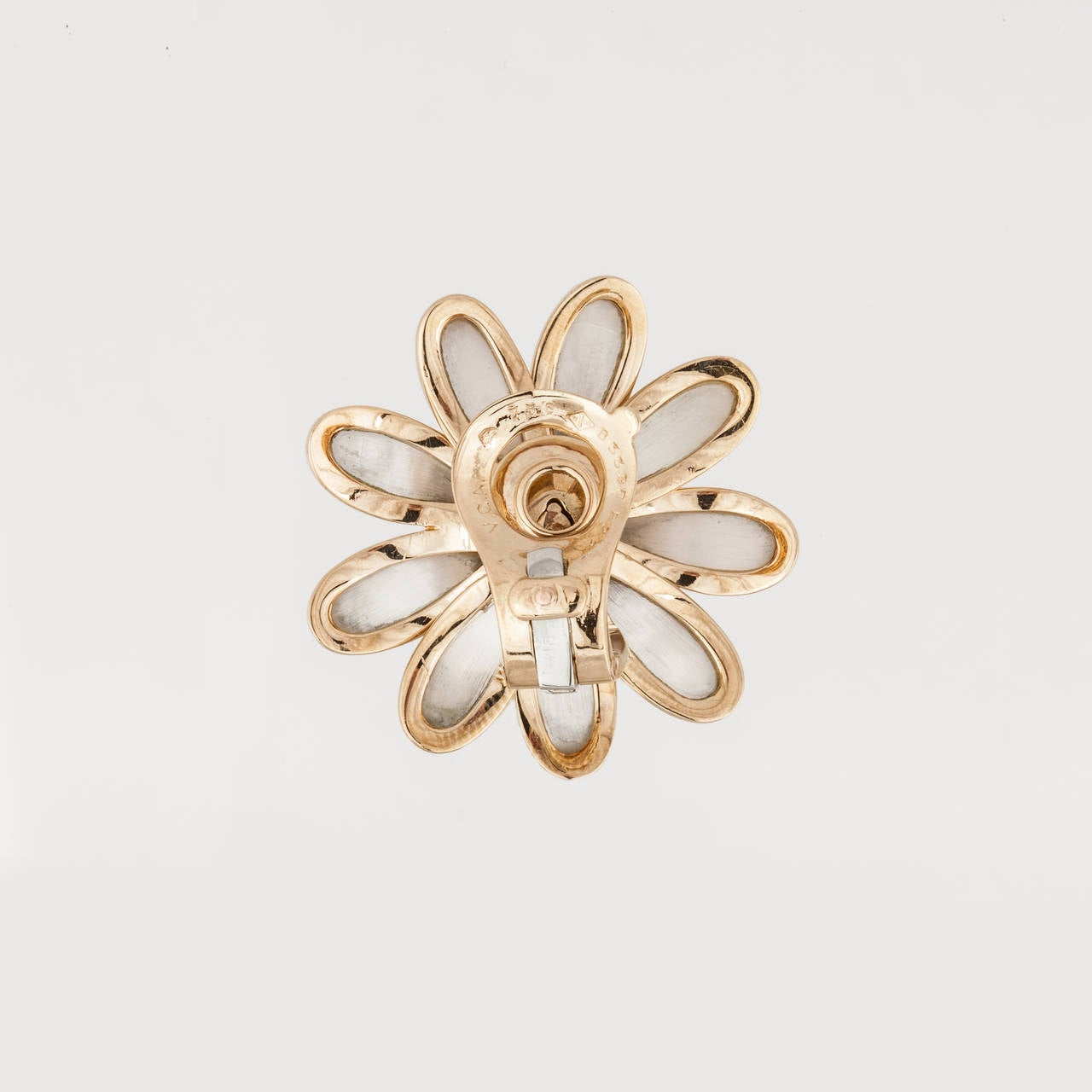 Van Cleef and Arpels Mother-of-Pearl Diamond Gold Daisy Flower Earrings For Sale 1