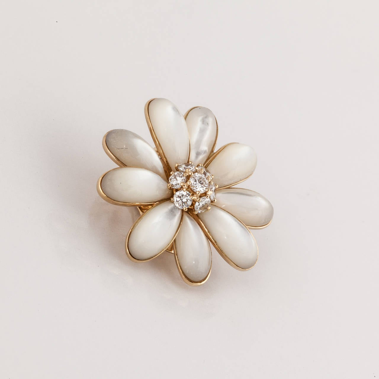 Van Cleef and Arpels Mother-of-Pearl Diamond Gold Daisy Flower Earrings In Excellent Condition For Sale In Houston, TX