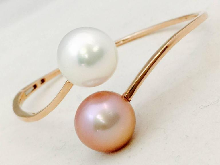 Contemporary Natural Pink and White Pearl Gold Bangle Bracelet For Sale