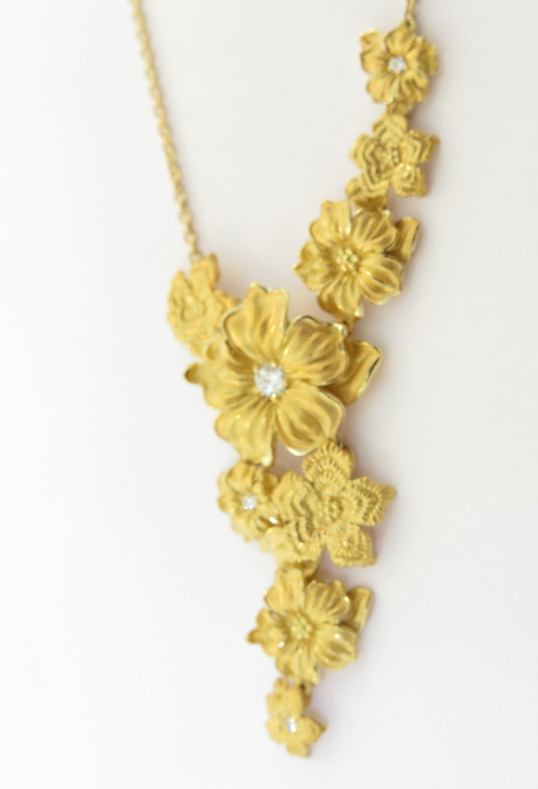 The floral motifs hand-embroidered on Manila shawls have inspired this necklace. Astonishing volumes, bold asymmetries, a mix of yellow gold and white diamonds comprise an innovative and daring vision of the floral theme.