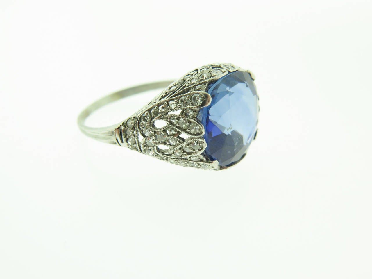 1920s Sapphire Diamond  filigree Platinum Ring In Excellent Condition For Sale In Greenwich, CT