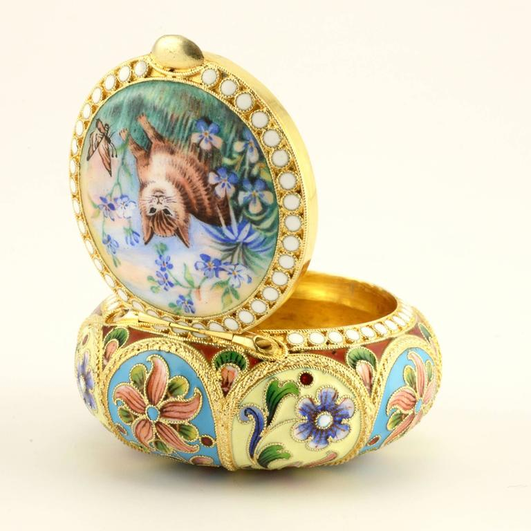 Russian Shaded and Pictorial Enamel Pill or Pastille Box with a Cat In Good Condition For Sale In Redmond, WA