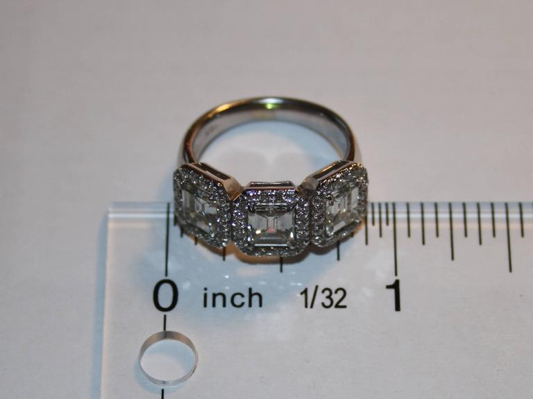2.80 Carats Diamond Three Stone Emerald Cut Gold Ring In New Condition For Sale In New York, NY