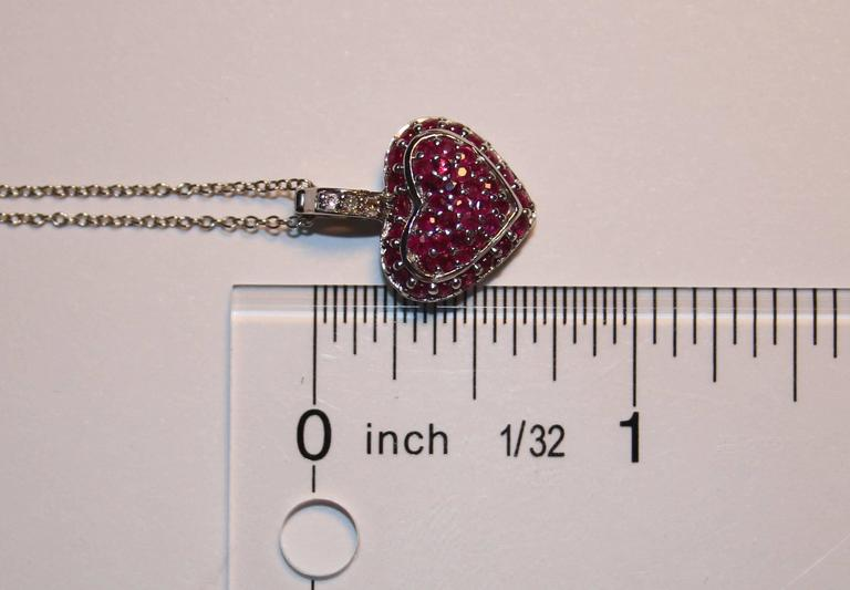Round Cut 1.25 Carats Ruby And Diamond Gold Heart Pendant Necklace For Sale