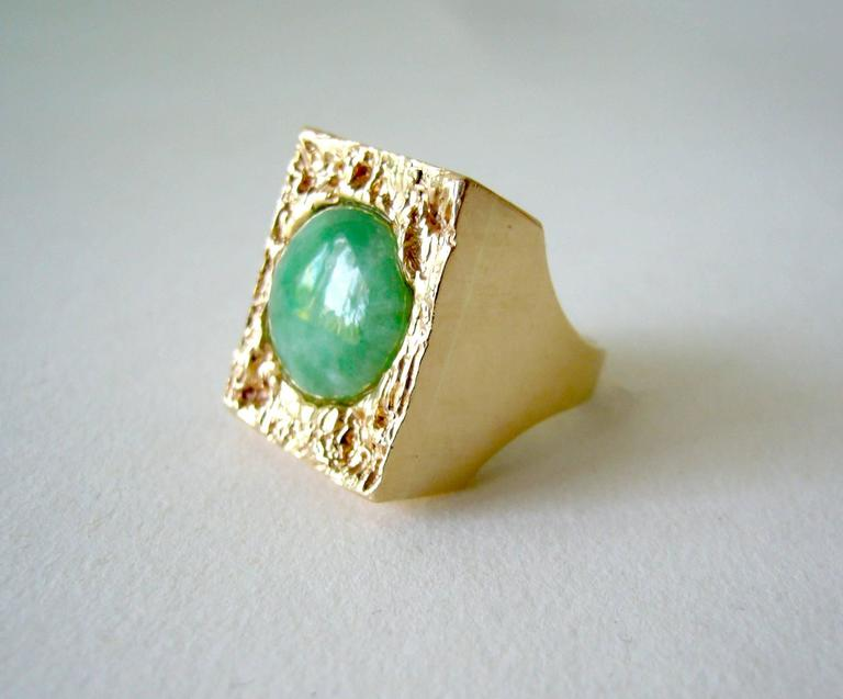 1960's Jade Gold Textured Modernist Ring In Good Condition For Sale In Los Angeles, CA